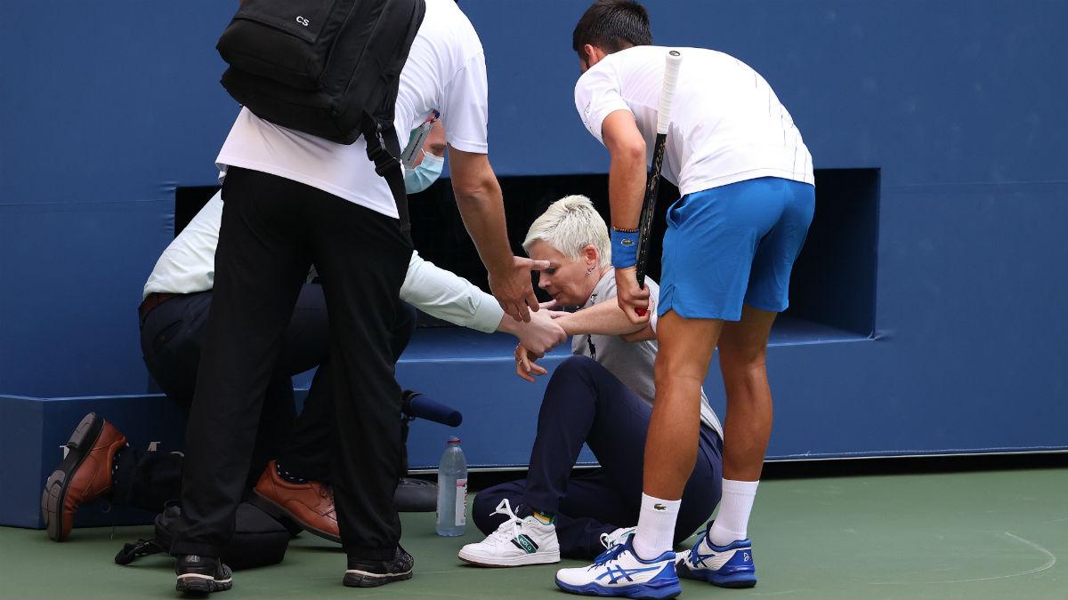 Djokovic, después de dar un pelotazo a la juez de fondo. (Getty)