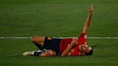 Reguilón, lesionado durante un partido de España. (AFP)