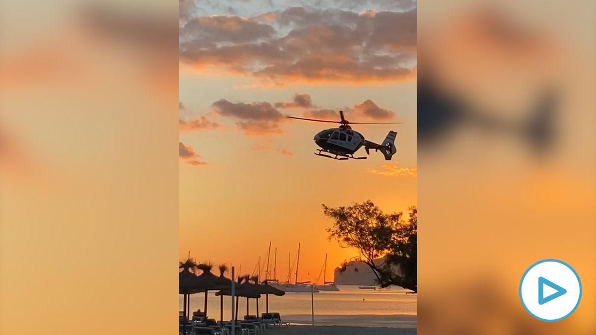 Un helicóptero recorre advirtiendo a los turistas en una playa de Mallorca