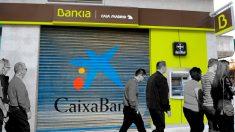 Bankia y CaixaBank negocian una fusión.