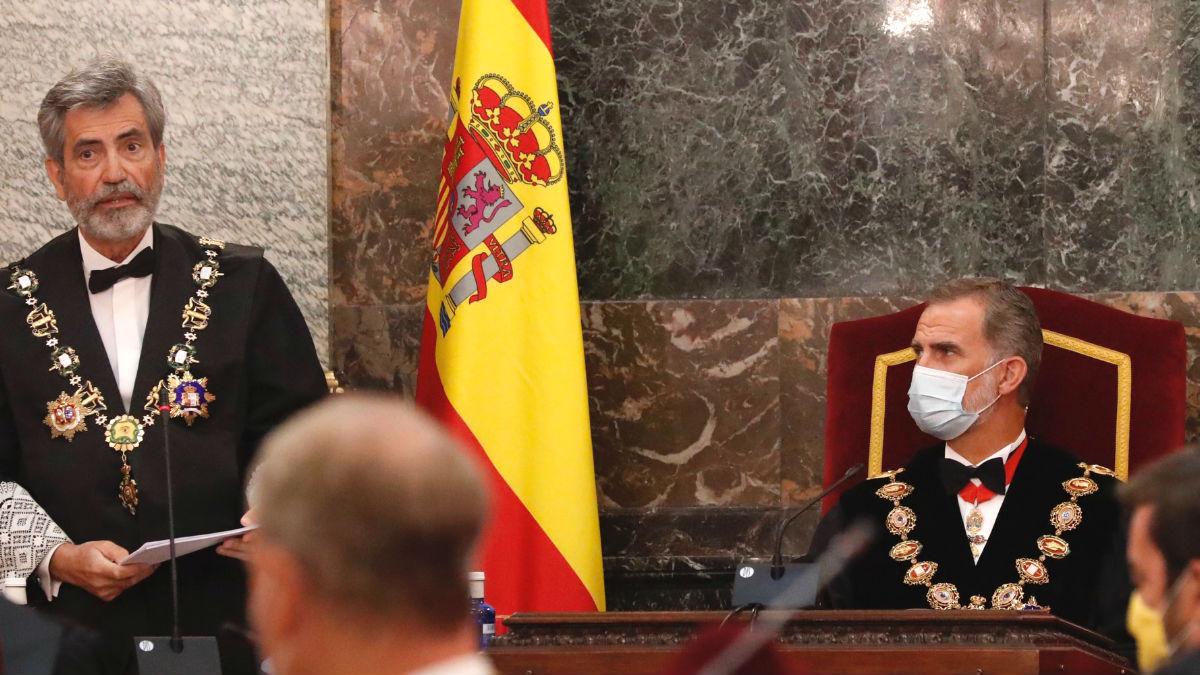 El presidente del Consejo General del Poder Judicial (CGPJ), Carlos Lesmes (i), interviene en presen