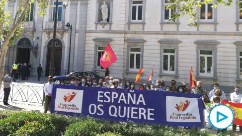 Decenas de manifestantes reciben al Rey Felipe VI con gritos de «¡Viva el Rey!» y «¡Cuídese del marqués de Galapagar!».