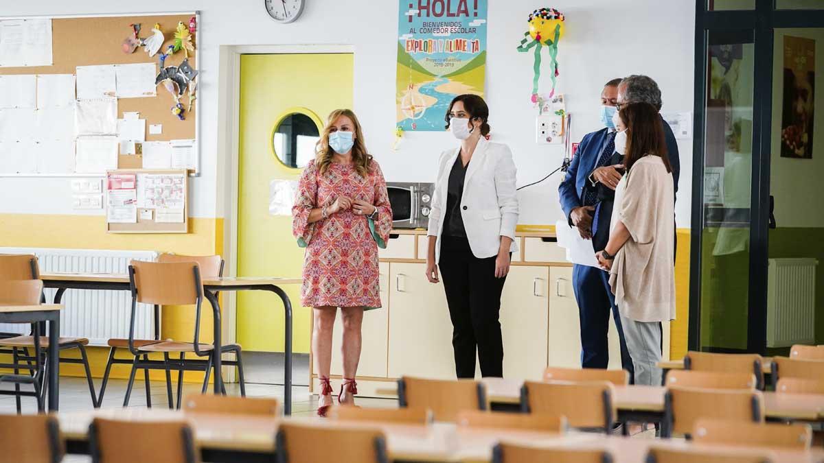 Isabel Díaz Ayuso visitando un colegio. Foto: Europa Press