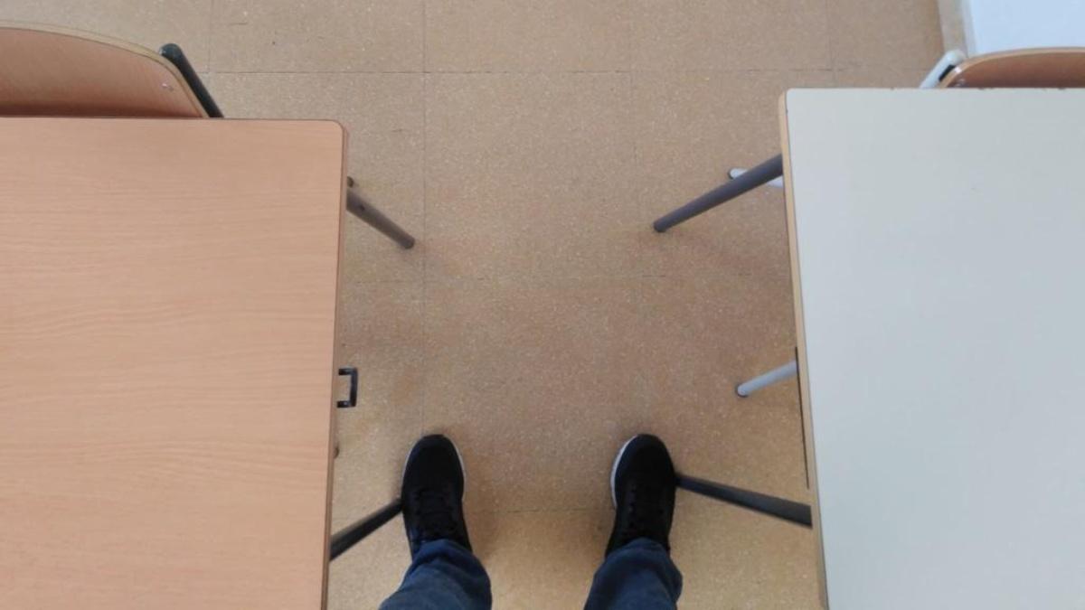 Imagen de la distancia entre pupitres en un aula de 4º de Primaria de un centro educativo extremeño.