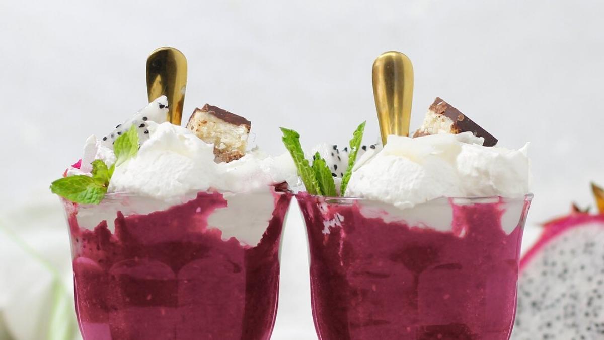 Receta de smoothie de Pitaya o fruta del dragón con moras