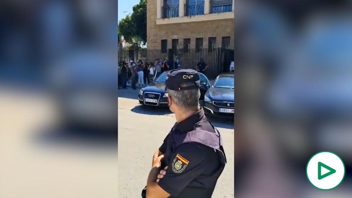 Policías y guardias civiles abuchean y gritan «¡Marlaska dimisión!» al ministro en su visita a Cádiz