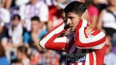Álvaro Morata se lleva las manos a la cabeza durante un partido. (AFP)
