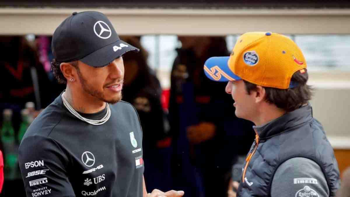 Carlos Hamilton y Carlos Sainz se saludan. (AFP)