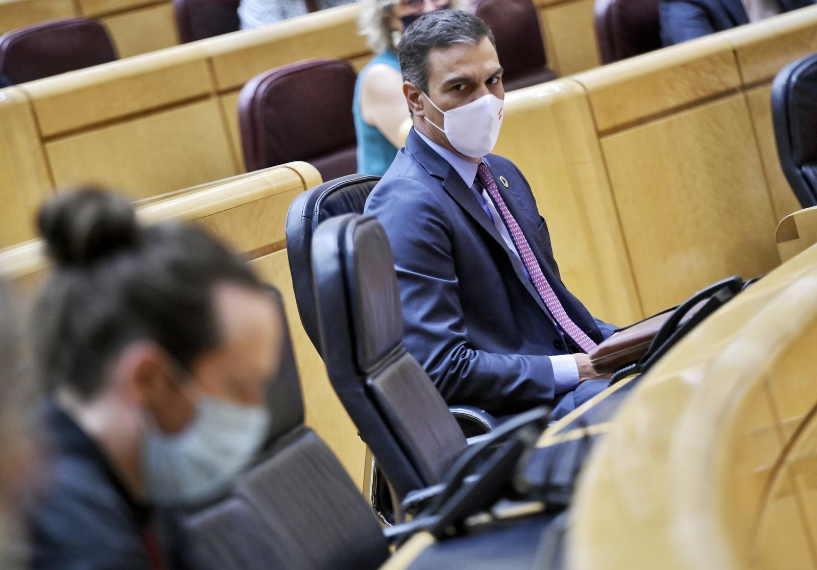 Sánchez mira a su vicepresidente segundo Pablo Iglesias en el Senado. Foto: Dani Gago
