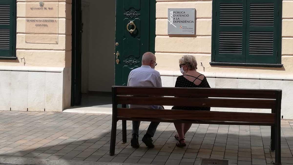 ., ante la Residencia Geriátrica Asistida del Ayuntamiento de Mahó