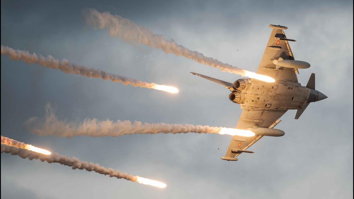 Un caza Eurofighter español lanzando contramedidas durante unas maniobras de entrenamiento (Foto: Flickr Ejército del Aire)..