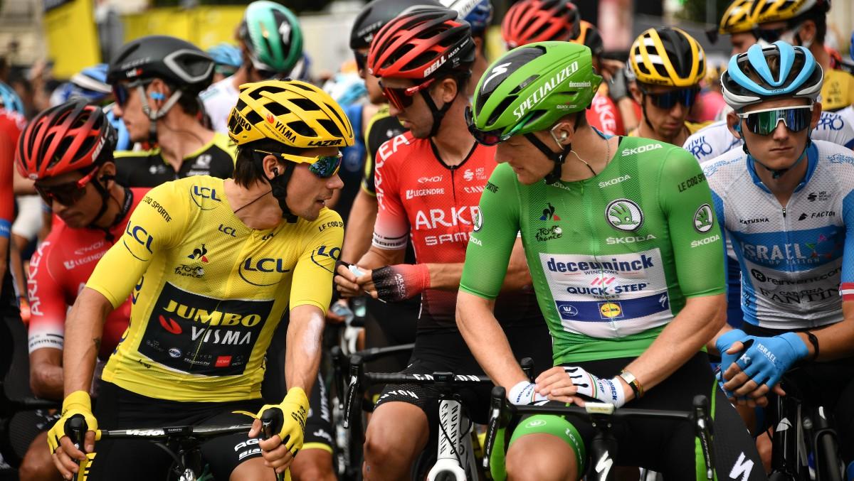 Roglic y Bennett conversan antes de la salida. (AFP)