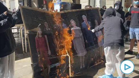 Juventudes de la CUP quemando un retrato de la Familia Real en Barcelona.