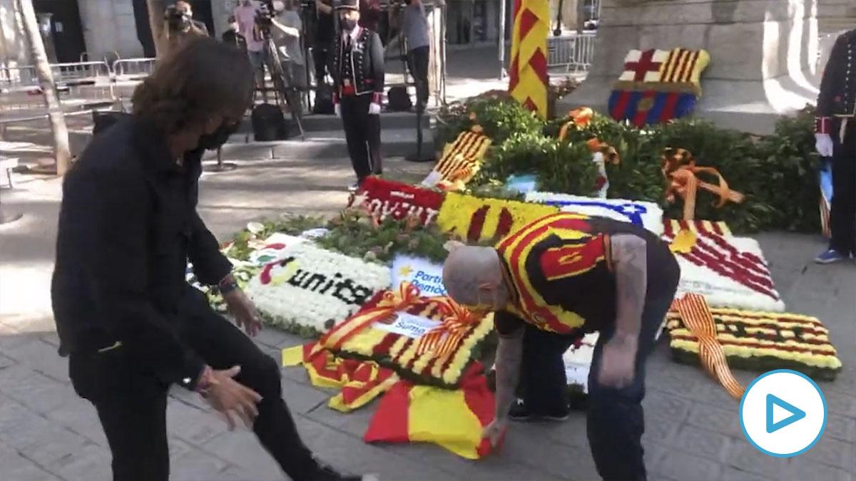 Un separatista retira la bandera de España en presencia de Cake Minuesa