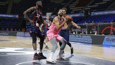 Mirotic trata de anotar ante los defensores de Baskonia. (Photo ACB)