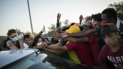 Inmigrantes se agolpan para recibir comida – Socrates Baltagiannis/dpa