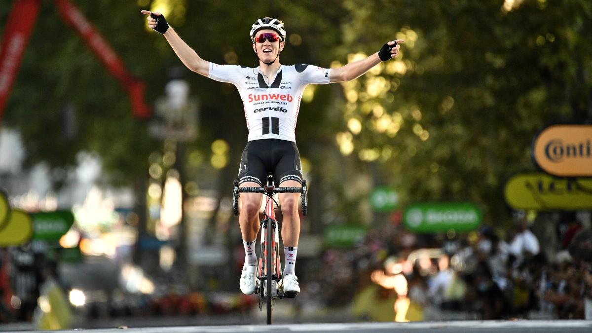 Soren Kragh Andersen celebra el triunfo en el Tour. (AFP)