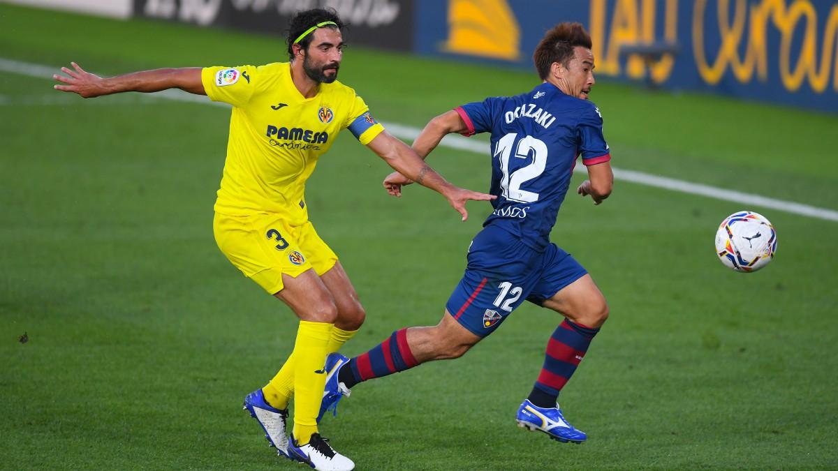 Albio y Okazaki disputan un balón en el Villarreal-Huesca. (Getty)