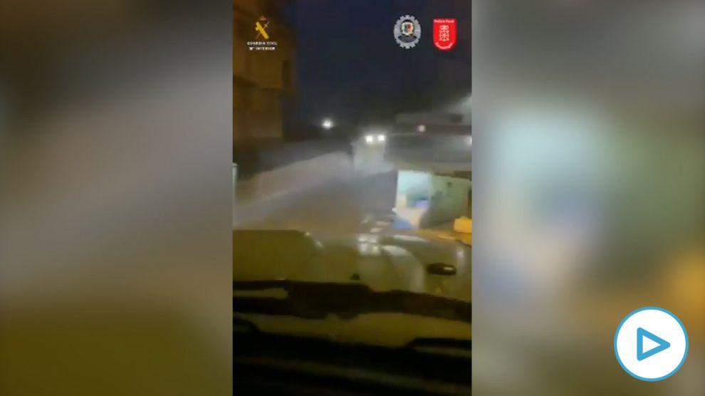 Alsasua- 300 radicales atacan a la Guardia Civil y queman contenedores cuando dispersaba un macrobotellón