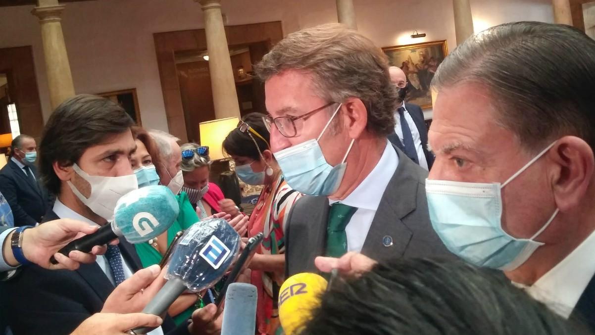 Alberto Núñez Feijóo junto al alcalde de Oviedo, Alfredo Canteli, en el interior del Hotel Reconquista, donde se celebraba el Día de Galicia en Asturias. (Europa Press)
