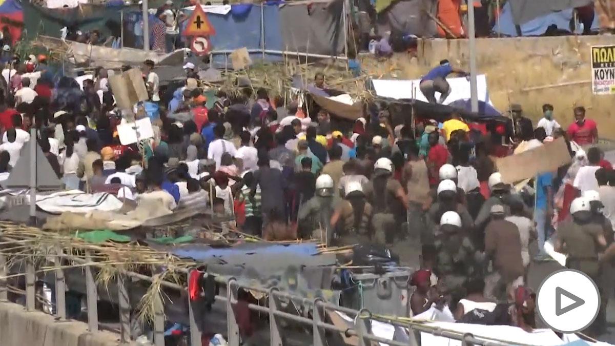 Grecia empieza a reubicar a los migrantes que sufrieron un incendio en Moria