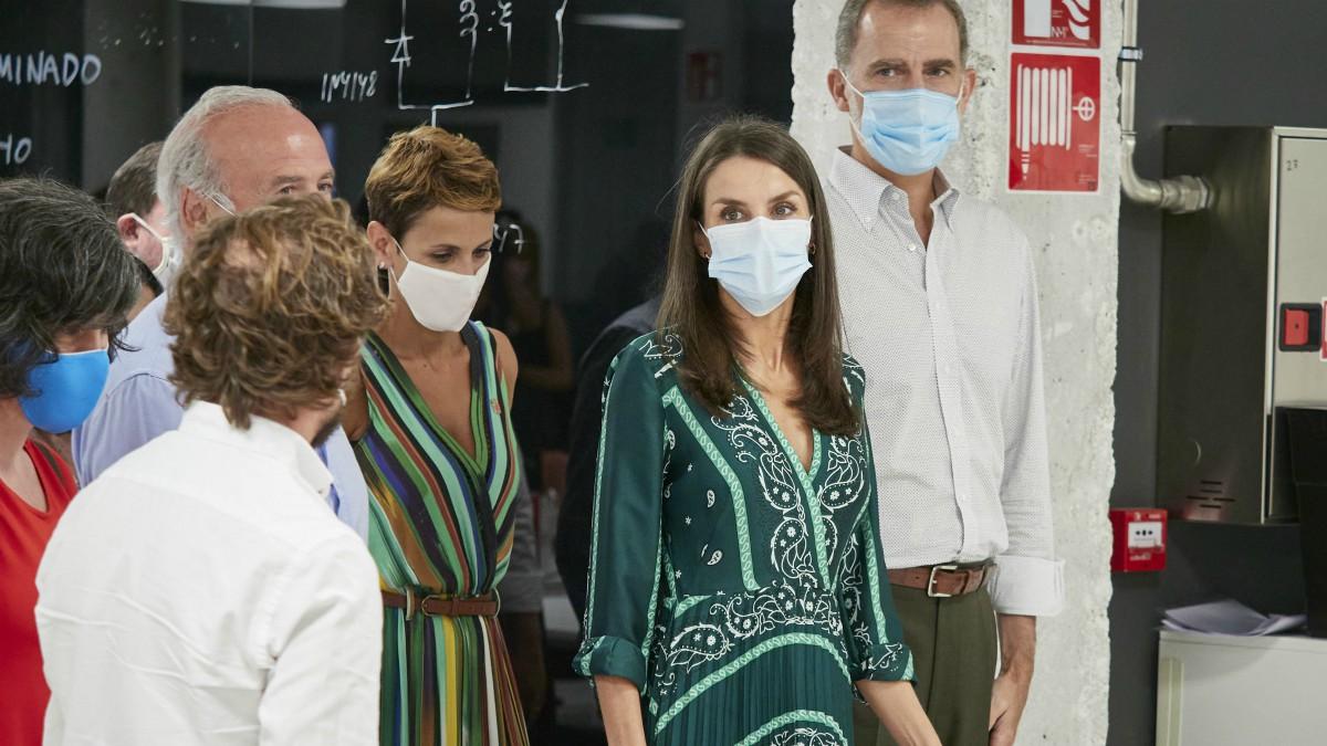 Don Felipe y  Doña Letizia, acompañados por la presidenta del Gobierno de Navarra, María Chivite. (Eduardo Sanz – Europa Press)