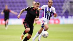 Portu intenta superar a Nacho en el Valladolid-Real Sociedad. (Getty)