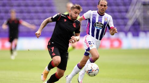 Portu intenta superar a Nacho en el Valladolid-Real Sociedad. (Getty)