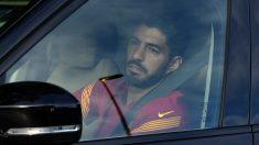 Luis Suárez abandonando las instalaciones del FC Barcelona (AFP).
