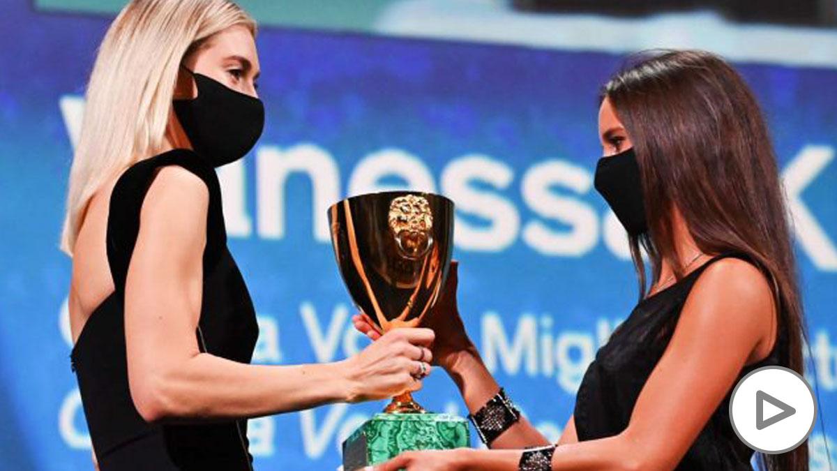 Vanessa Kirby recibió el premio a la Mejor Actriz (Foto- AFP)