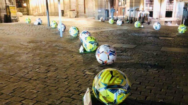 Los bolardos pintados de balones (Twitter).