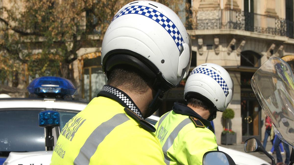 Agentes de la Guardia Urbana de Barcelona llevando cascos. (Foto: Europa Press)