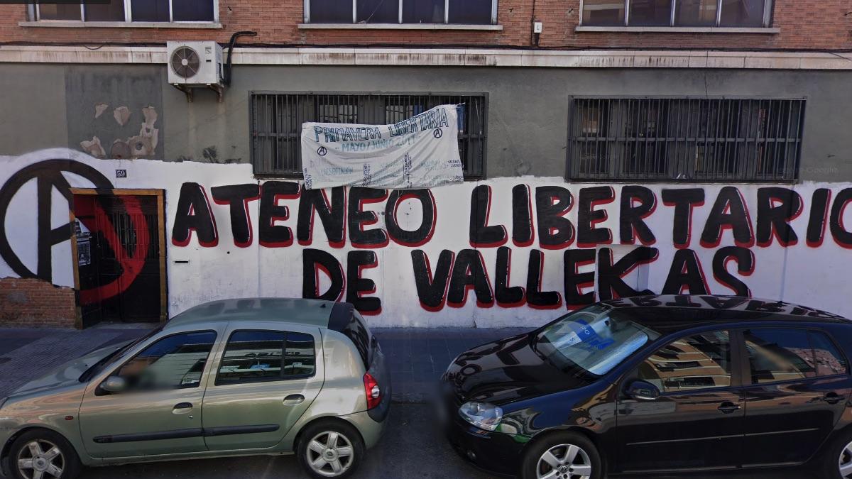 Entrada del local ocupado en Vallecas.