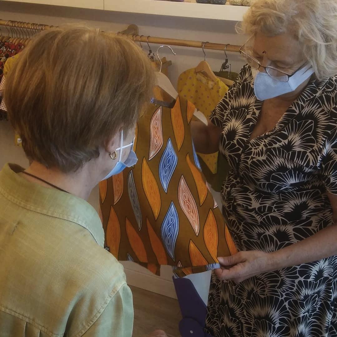 Carmena cierra temporalmente su tienda de ropa solidaria por un brote de coronavirus