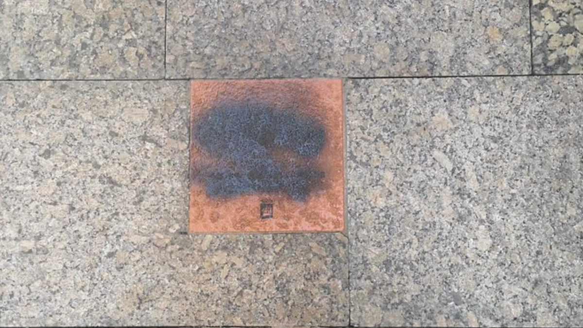 La placa de Gregorio Ordoñez atacada en San Sebastián. Foto: @CovitePV