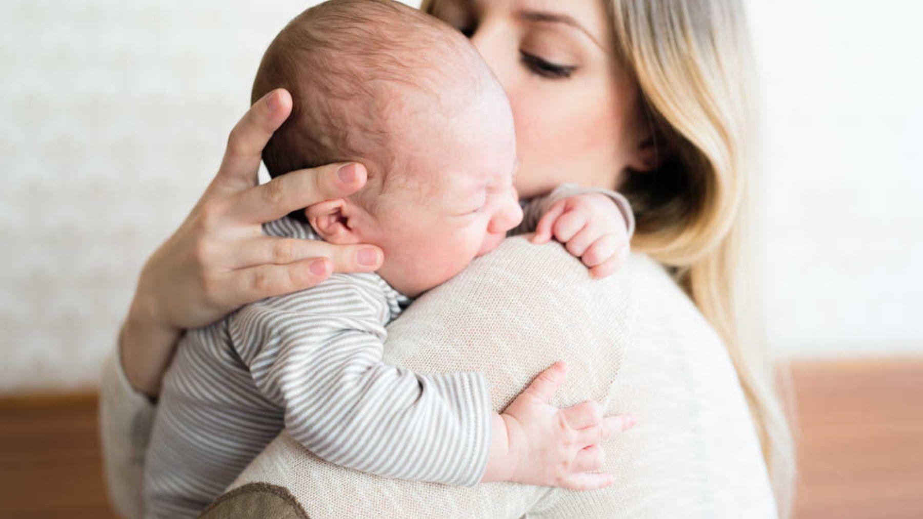 Descubre las razones y qué hacer si el bebé llora al tomar el pecho