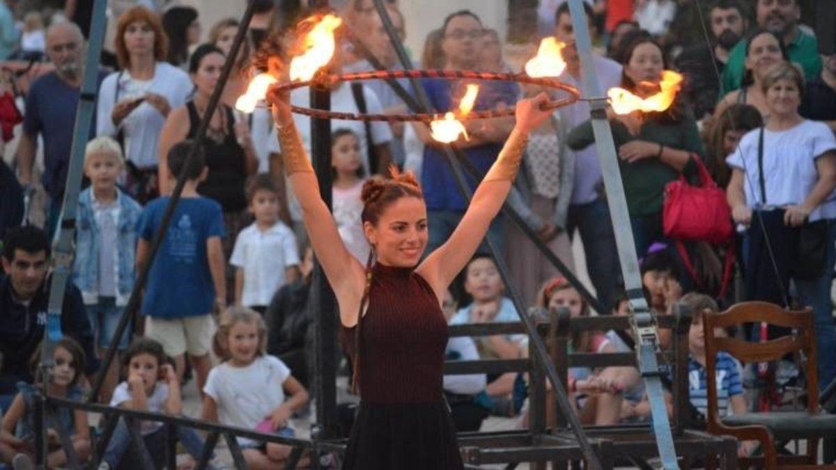 Actuación de circo en Mostra Viva del Mediterrani. Foto: EP