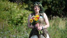 Twitter: La mujer que se casó con un árbol celebra su primer aniversario de boda
