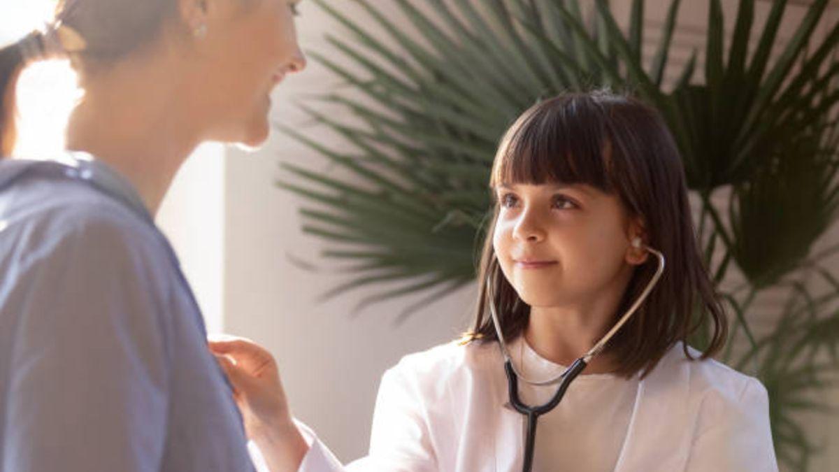 Médica es la profesión que más eligen las niñas