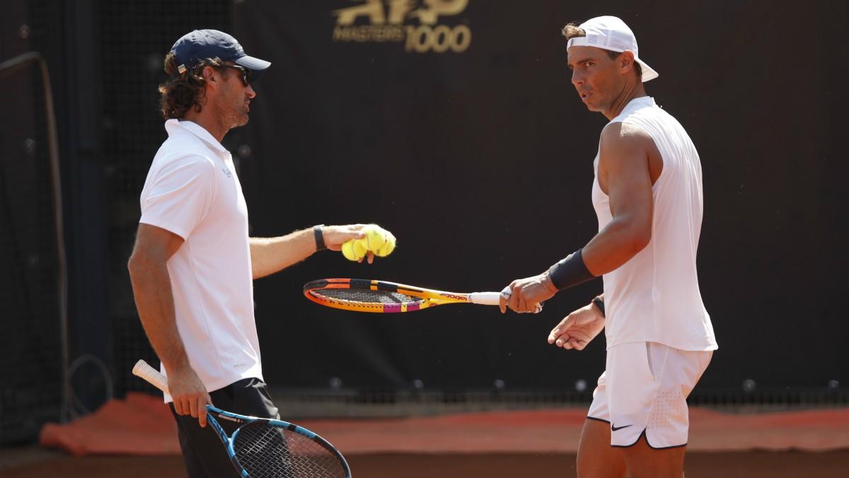 Rafael Nadal, junto a Carlos Moyá en un entrenamiento en Roma. (AFP)