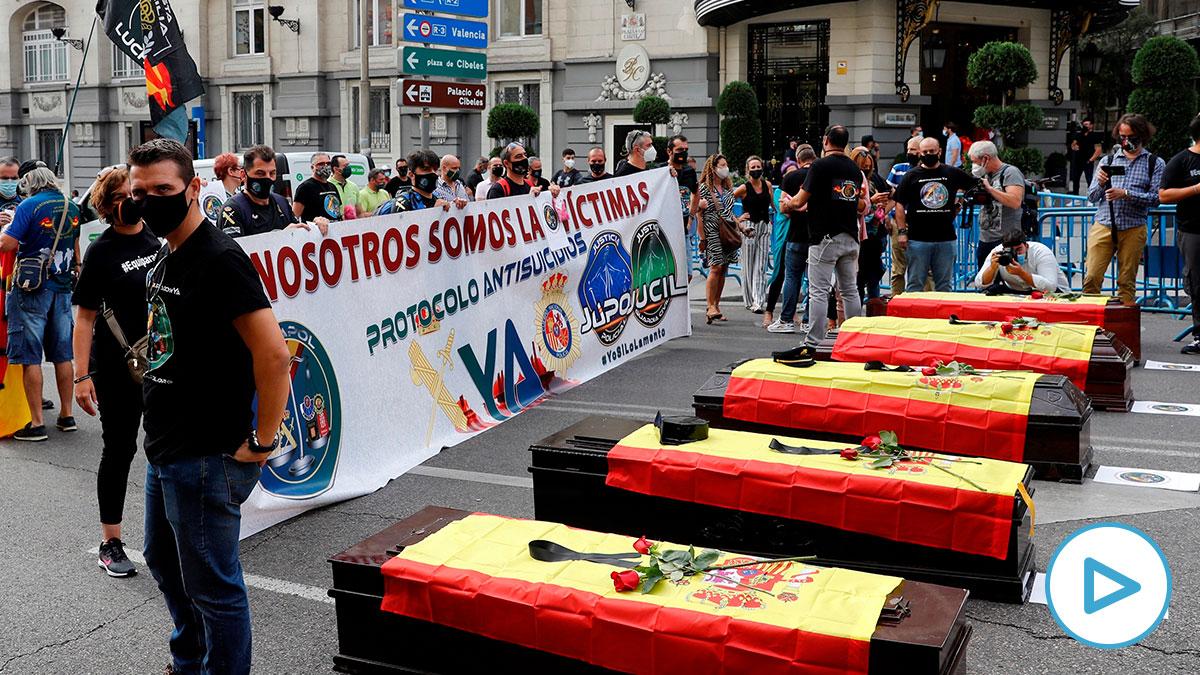 Féretros en recuerdo de las víctimas de ETA en la manifestación de Jusapol contra Pedro Sánchez en el Congreso