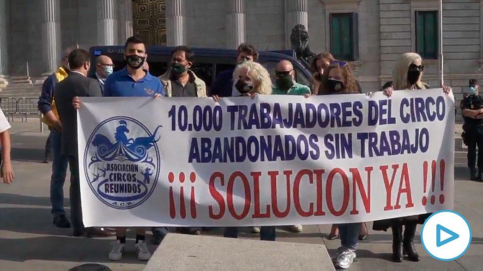 Integrantes de la asociación Circos Reunidos sostienen una pancarta como signo de protesta durante una manifestación convocada frente al Congreso de los Diputados para protestar por la situación del sector circense en España. Foto: EP