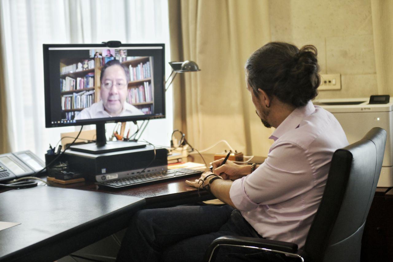 Pablo Iglesias reunido por videoconferencia con Luis Arce.