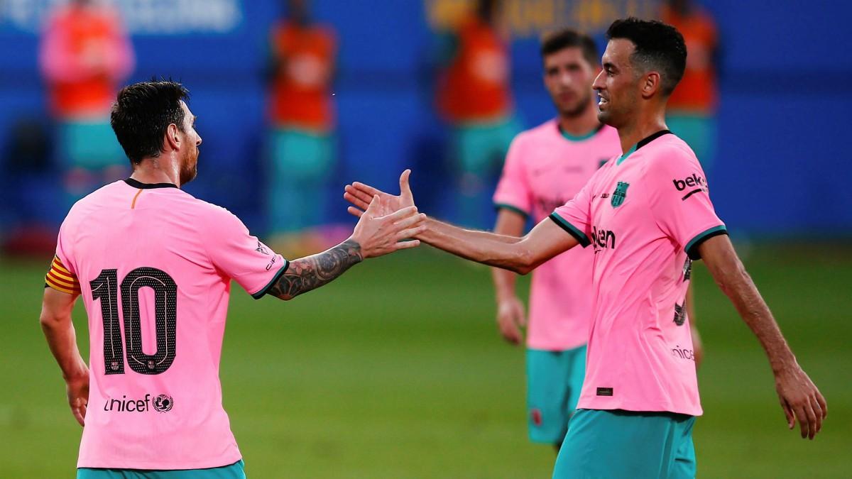Messi celebra con Busquets uno de los goles frente al Girona. (EFE)
