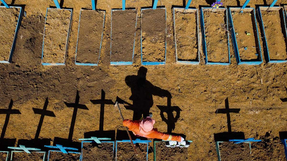 Condena ejemplar en la isla de Java por no llevar mascarilla: cavar tumbas  para muertos por coronavirus