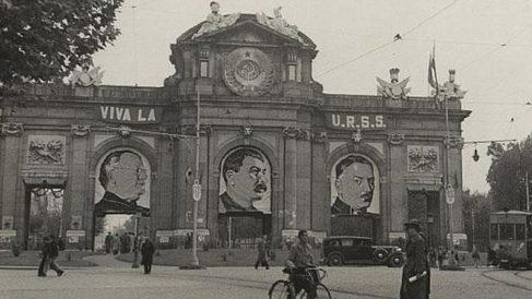 Imagen de la Puerta de Alcalá en 1936 con el retrato de Stalin.