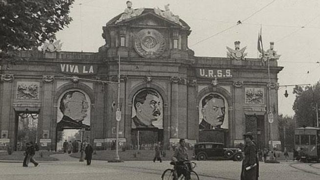 La imagen de la Puerta de Alcalá en 1936 con el retrato de Stalin.
