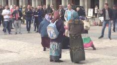 Varios hinchas humillan a las mendigas en la Plaza Mayor de Madrid