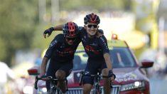 Carapaz y Kwiatkowski se abrazan en la llegada. (AFP)