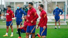 Messi sólo sonríe con Luis Suárez.